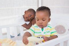 Babyboy et son frère dans le babyroom photographie stock