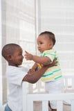 Babyboy jouant avec son frère dans son lit Photo libre de droits