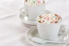 Babyccino - mjölkar fria varma för socker med mjölkar skum för ungar royaltyfri fotografi