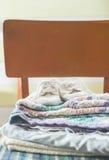 Babydecken und -schuhe auf Stuhl Lizenzfreie Stockfotografie