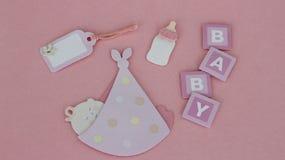 Babyeinzelteile auf rosa Hintergrund stockfotografie