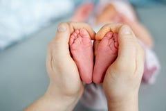 Babyfüße in den Elternteilhänden Mamma und ihr Kind Glückliches Familienkonzept stockbilder