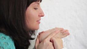 Babyfüße in Mutterhänden - 2 stock video