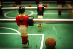 Babyfoot Spieler mit Kugel Lizenzfreie Stockfotografie