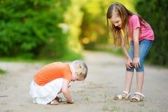 2 babyfrogs прелестных маленькой девочки заразительных Стоковая Фотография
