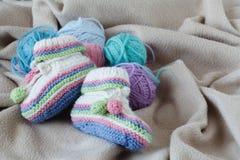 Babygeburtstagsmitteilung mit Beute auf weichem Stoff lizenzfreies stockbild