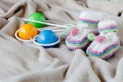Babygeburtstagsmitteilung mit Beute auf weichem Stoff lizenzfreie stockfotos