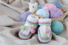 Babygeburtstagsmitteilung mit Beute auf weichem Stoff stockfotografie