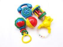 Babygeklapper und Spielzeugsatz lizenzfreie stockfotos