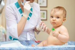 Babygezondheidszorg en behandeling. Medisch onderzoek. Bloedonderzoeken. Stock Afbeelding
