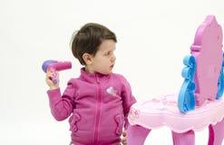 Babygirl die omhoog haar haar maken Stock Afbeeldingen