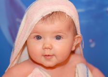 Babygirl dopo il bagno Immagini Stock Libere da Diritti