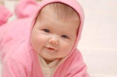 Babygirl in roze kap Stock Afbeelding