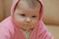 Babygirl in roze kap Stock Afbeeldingen