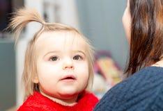 Babygirl Xmass garnering ferie Beröm moder royaltyfria bilder