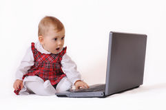 Babygirl y computadora portátil foto de archivo libre de regalías