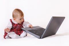 Babygirl y computadora portátil Fotos de archivo libres de regalías