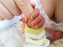 Babyhand eingewickelt um Finger lizenzfreies stockfoto