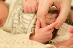Babyhand en moeder` s hand Stock Afbeelding