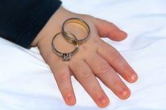 Babyhand en trouwringen Royalty-vrije Stock Afbeelding