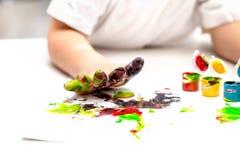 Babyhand geschmiert in der Farbe Stockbild