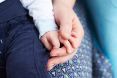 Babyhand mit der Mutterhand Lizenzfreie Stockfotografie