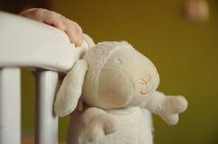 Babyhand und ein Spielzeug Lizenzfreie Stockbilder
