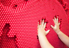 Babyhanden die handprint op het rode speldstuk speelgoed maken Stock Afbeeldingen