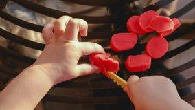Babyhanden die plasticine - fijne motorvaardigheid snijden ontwikkel handigheid - POV boven mening stock afbeeldingen