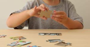 Babyhandfaltenpuzzlespiel stock footage