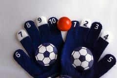 Babyhandschoenen met aantallen en voetbalbal stock afbeelding