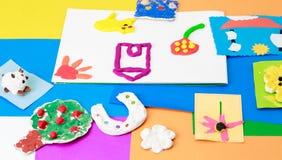 Babyhandwerk vom Spielteig und vom bunten Papier Lizenzfreie Stockfotografie