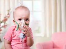 Babyinhalatie, kind met masker op gezicht Royalty-vrije Stock Afbeelding