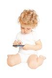 Babyjong geitje gebruikend smartphone Geïsoleerd op wit Royalty-vrije Stock Afbeelding