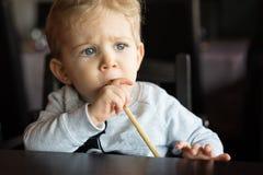 Babyjongen bij Chinees restaurant Stock Foto's