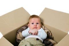 Babyjongen in de doos Stock Fotografie