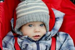 Babyjongen in de wandelwagen Stock Afbeeldingen