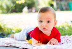 Babyjongen in de werf stock afbeeldingen