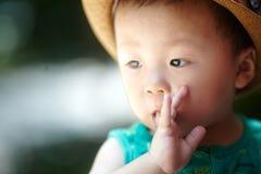 Babyjongen in de zomer stock foto