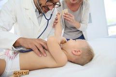Babyjongen die bij arts worden gecontroleerd Royalty-vrije Stock Afbeelding