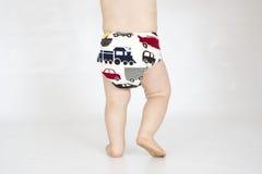 Babyjongen die doek opnieuw te gebruiken nappy dragen stock foto