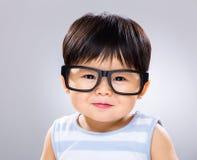 Babyjongen die glazen dragen royalty-vrije stock afbeeldingen