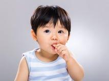 Babyjongen die koekje eten stock fotografie