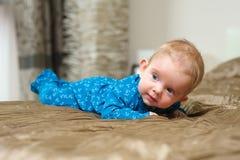 Babyjongen die op buik liggen Stock Afbeeldingen