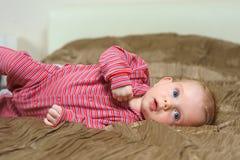 Babyjongen die op slecht liggen Royalty-vrije Stock Afbeeldingen