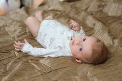 Babyjongen die op slecht liggen Royalty-vrije Stock Foto