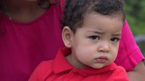 Babyjongen die Plechtig voelen stock footage