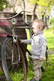 Babyjongen die rond de oude fiets lopen Stock Foto