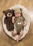 Babyjongen die Teddy Bear Hat en een Kruippakje dragen Royalty-vrije Stock Fotografie