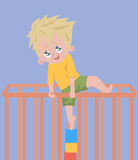 Babyjongen die uit box proberen te beklimmen Stock Foto